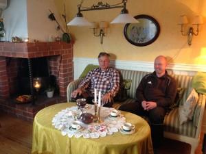 Björn och Ronny Hansson fick hålla till i fikarummet.