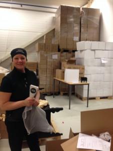 Anette packar strutar i lagerlokalen.