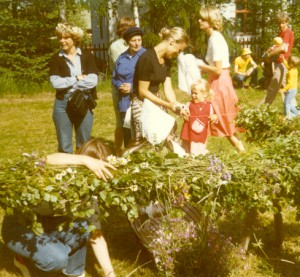 Eva Abrahamsson , Birgitta Johansson och Linda klär midsommarstången
